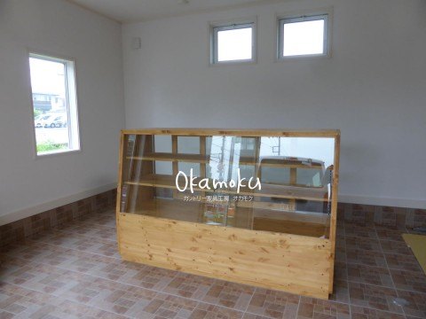 パン屋さんで使う木製ガラスケースの納品