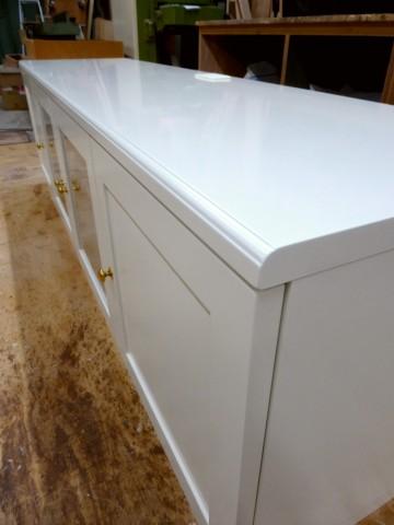 白塗りつぶし仕上げのテレビ台(天板の飾り面)