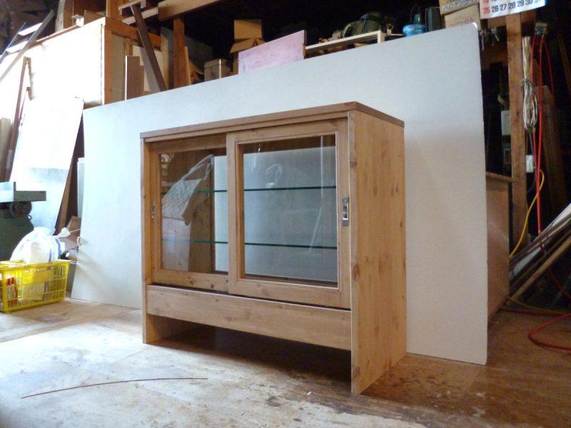 パン屋さんの対面ガラスケース(引き戸側・斜め)