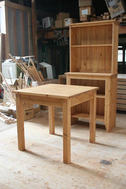 2人掛けダイニングテーブルとオープンカップボード