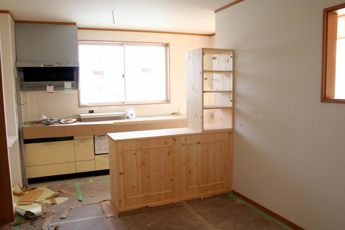 対面キッチンカウンターテーブル・上部両面ガラスハッチ付き(現場設置後・リビング側)
