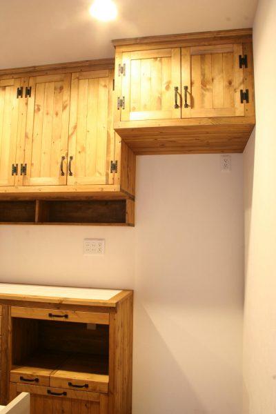 冷蔵庫上部のキッチン吊り戸棚