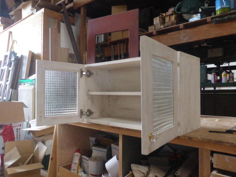 チェッカーガラスのミニ吊り戸棚70cm(斜め・開時)